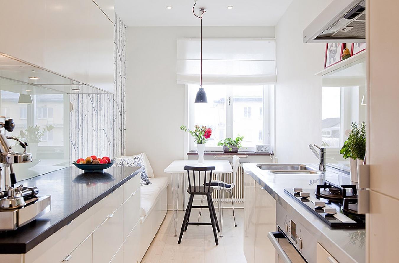 Дизайн узкой кухни в молочных тонах