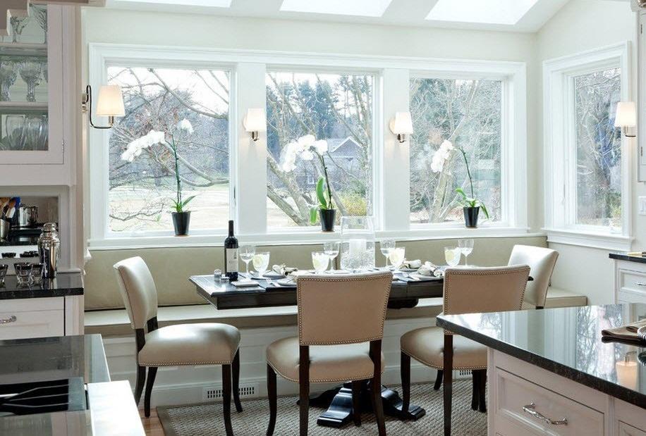 Столовая группа для небольшой кухни возле окна