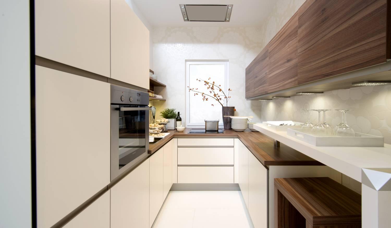 Узкая длинная кухня в пастельных тонах