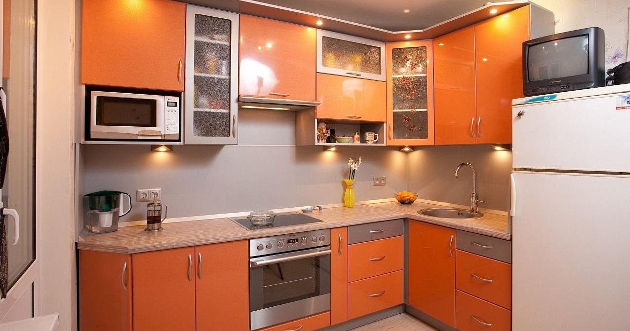 Маленькая кухня в оранжевом цвете