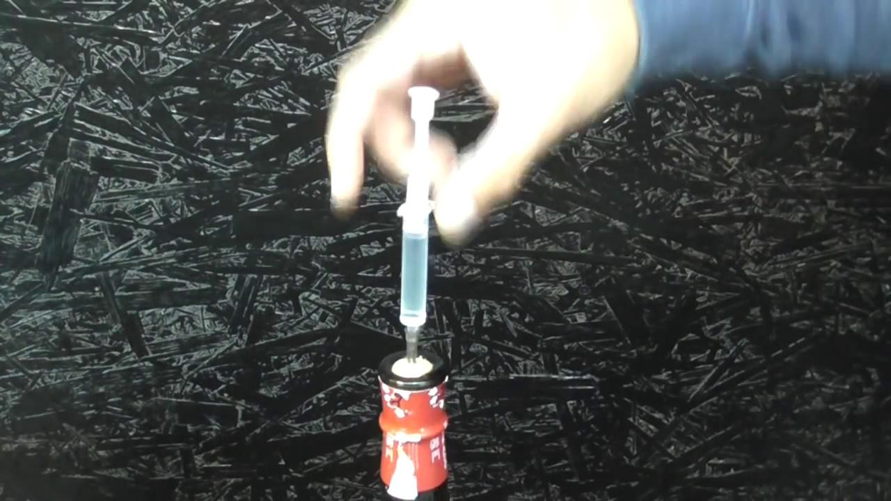 Открытие бутылки при помощи шприца