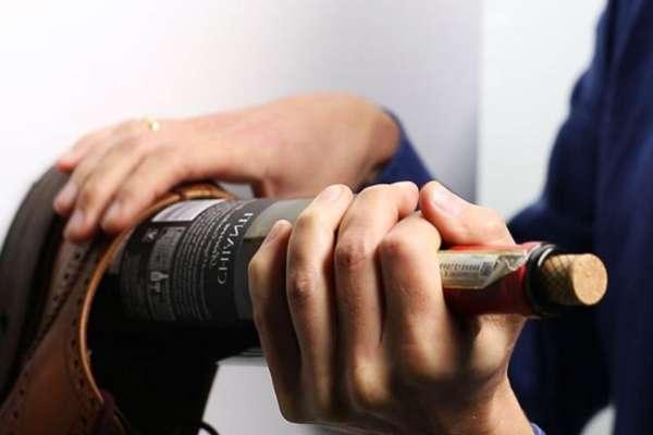 Открытие бутылки вина при помощи ботинка