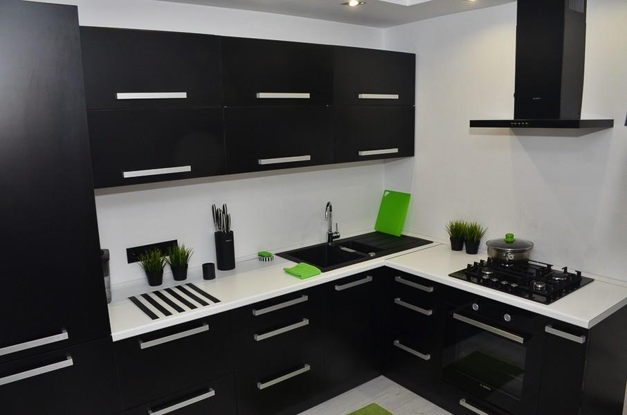 Черная мебель для просторного помещения