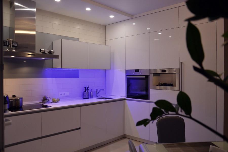 Голубая подстветка на белой кухне