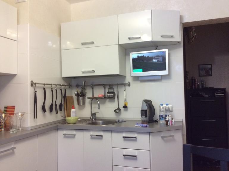 Стильная угловая белая кухня из ПВХ