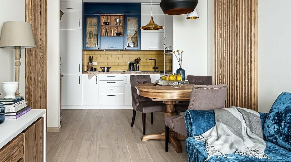 контрастная сине-коричневая кухня гостиная