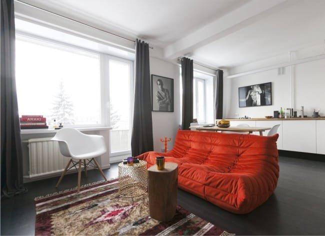 Красный диван в скандинавском интерьере