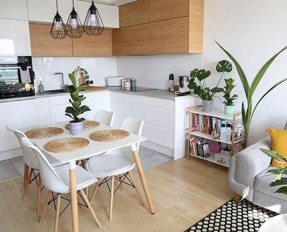 Стол и стулья отделяют область готовки от зоны отдыха на 20 кв м