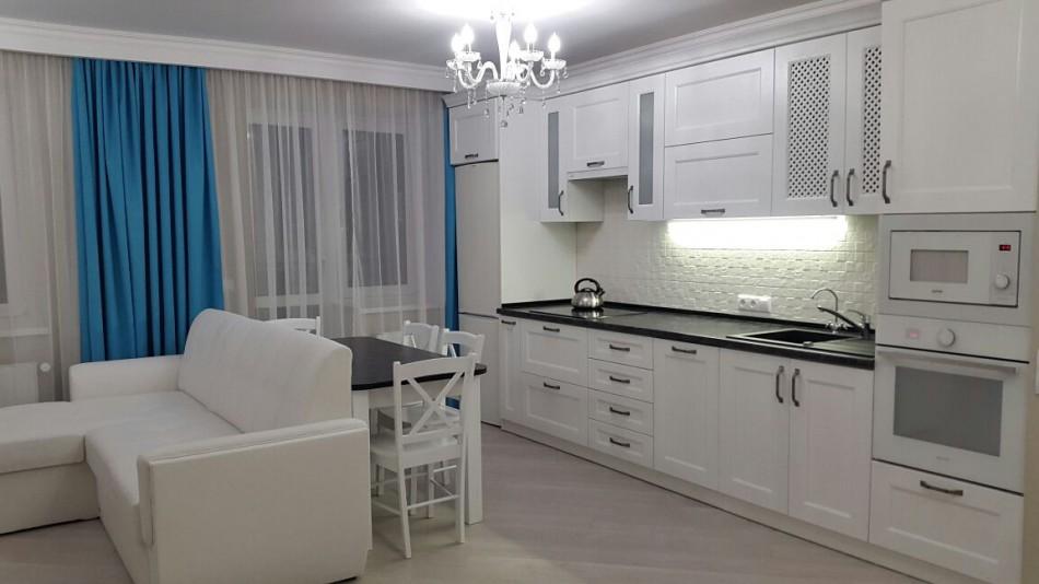 Диван служит буфером между кухней и гостиной