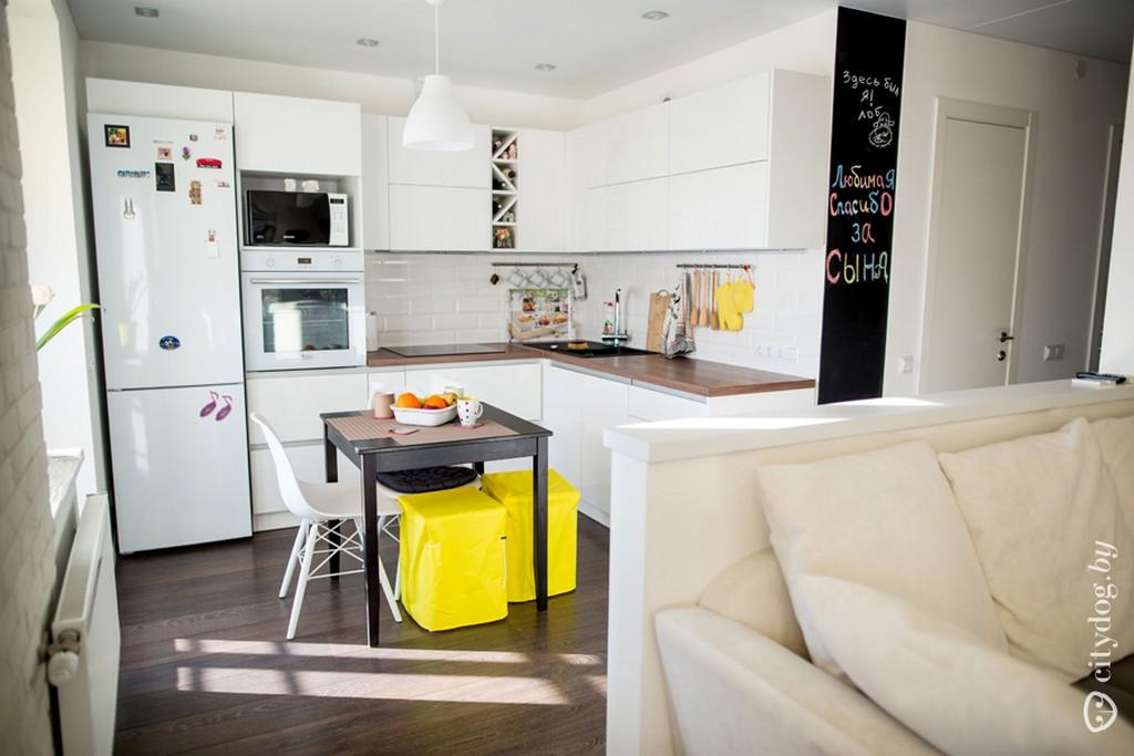 Желтые пуфы разбавляют белый цвет комнаты