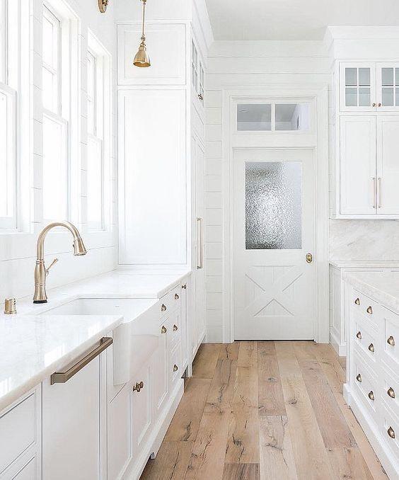 Линолеум под дерево для белой кухни