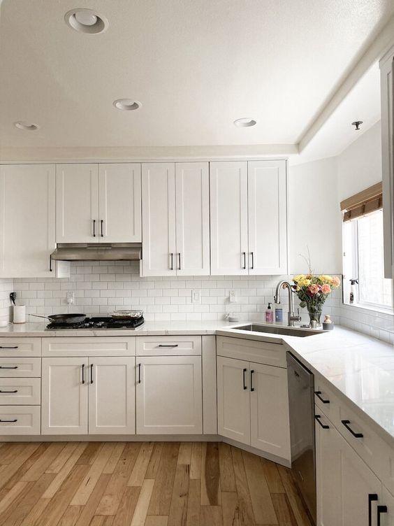 Угловая белая кухня под потолок