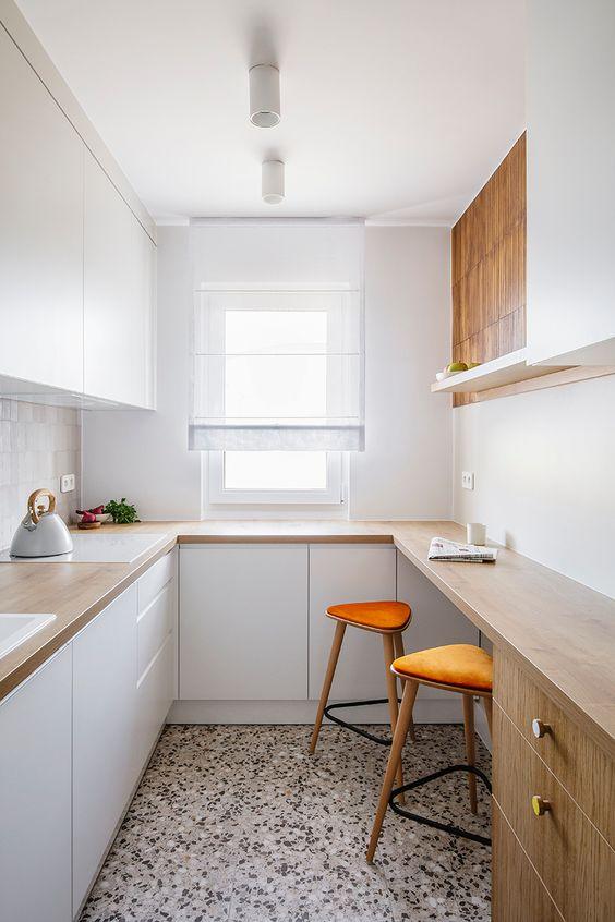 Маленькая П-образная белая кухня с деревянной столешницей