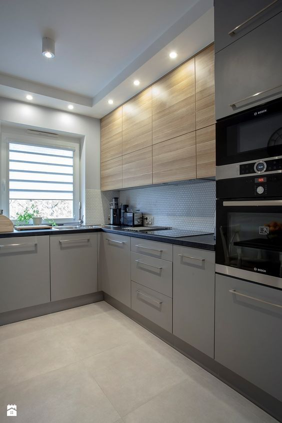 угловая кухня с окном в частном доме