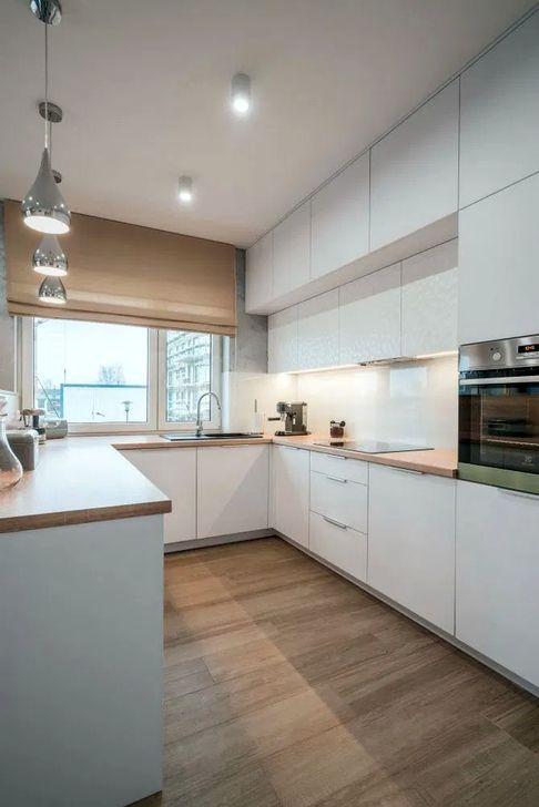 Кухня в стиле минимализм с окном