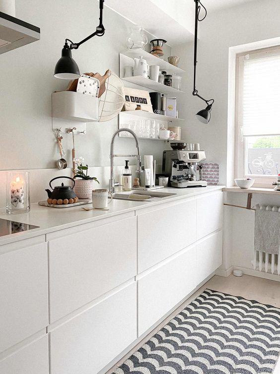 Маленькая белая кухня без верхних шкафов