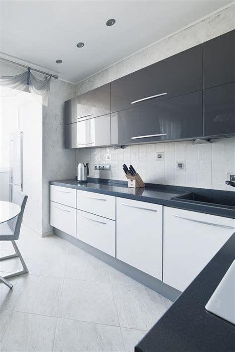 черно-белая кухня с выходом на балкон