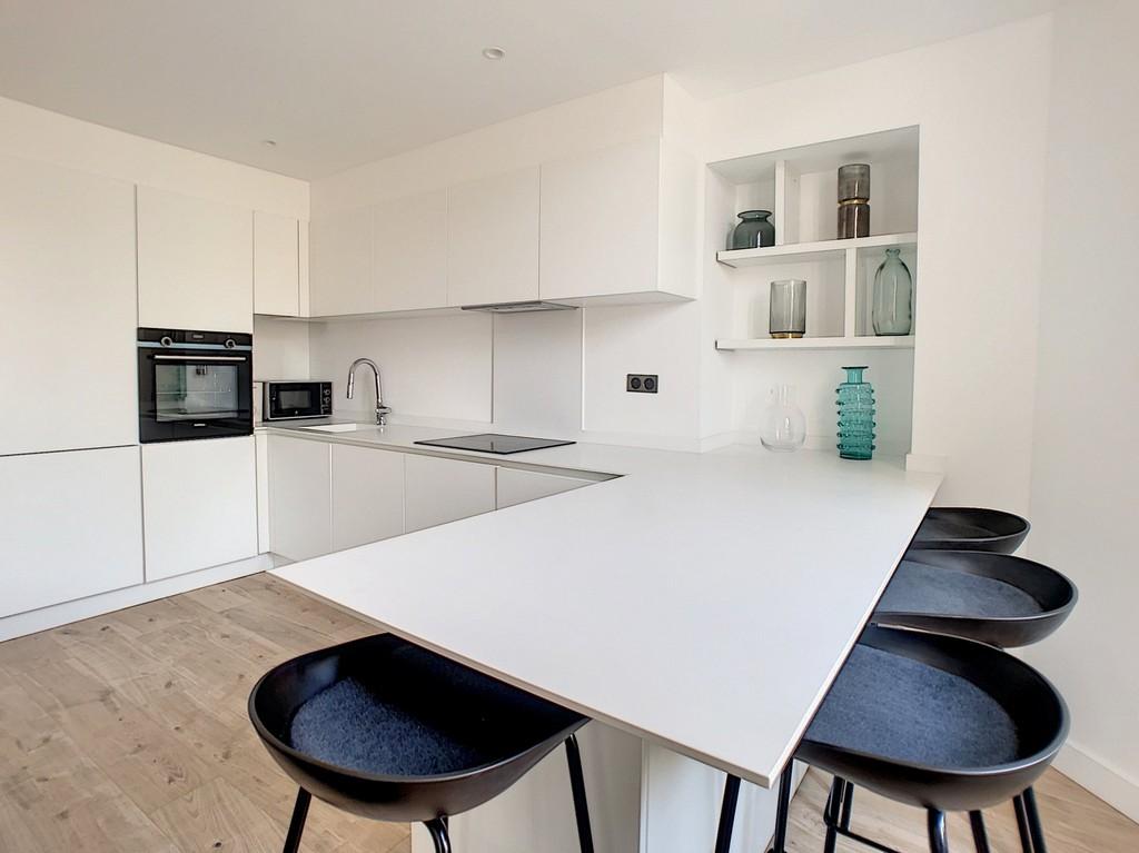Белая кухня в стиле минимализм с барной стойкой