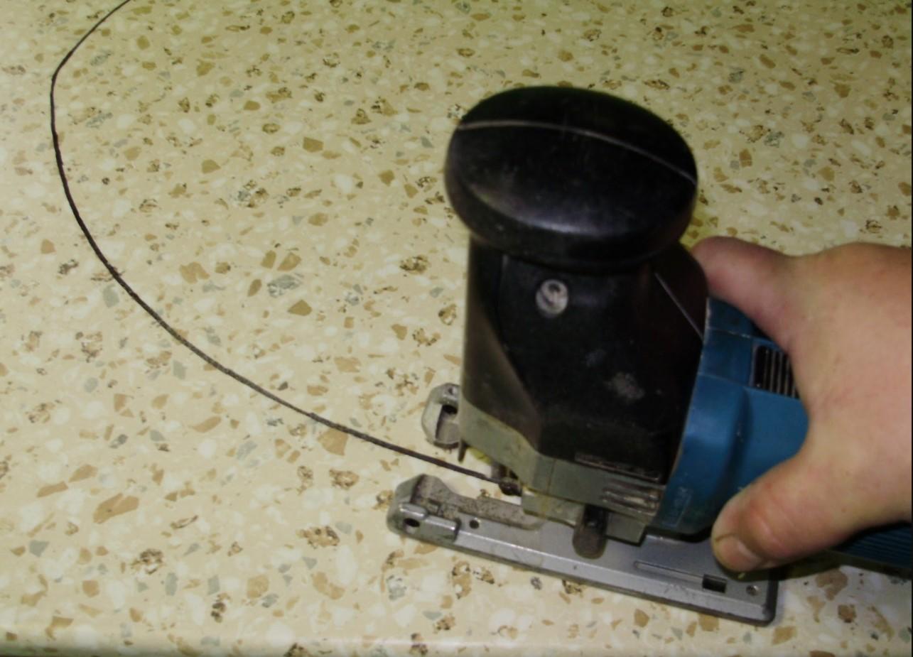 Выпиливаем лобзиком отверстие под врезную мойку