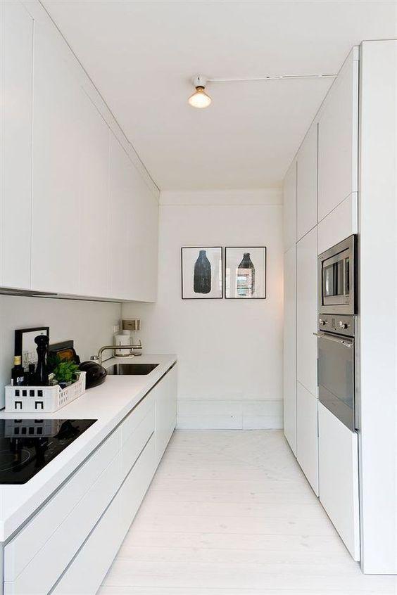 параллельная планировка белой минималистичной кухни