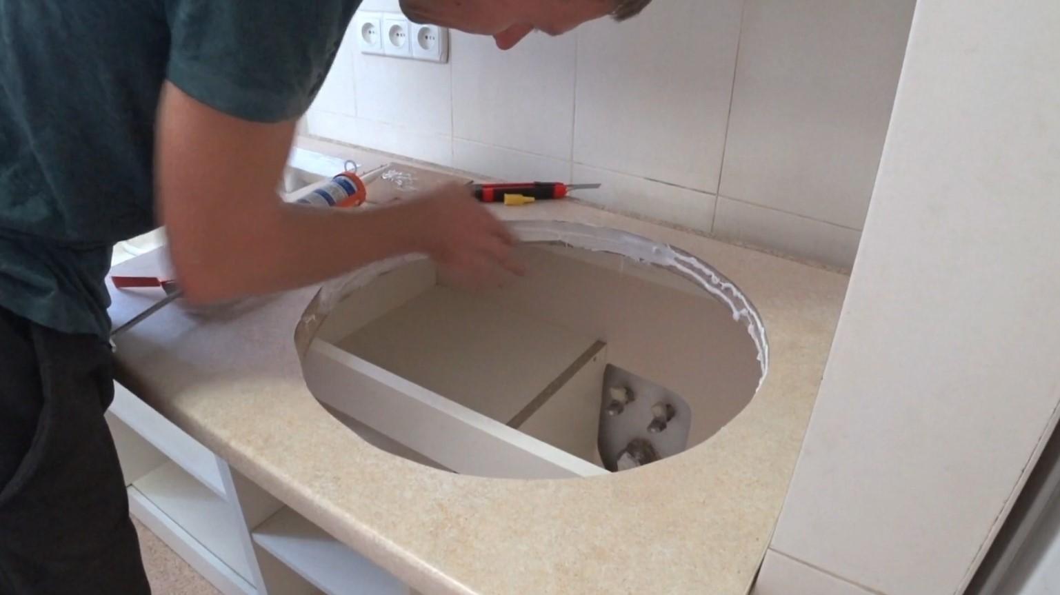 Обработка среза под мойку герметиком
