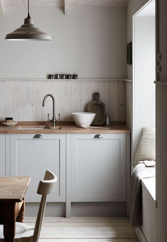 Маленькая кухня без верхних шкафов со скамьей-подоконником
