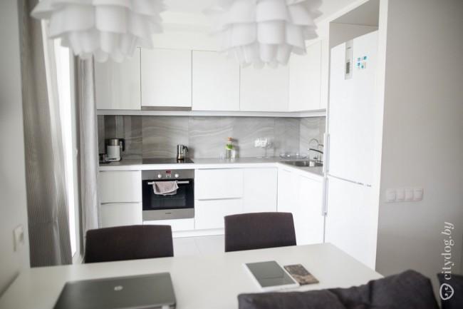 угловая белая кухня в стиле минимализм