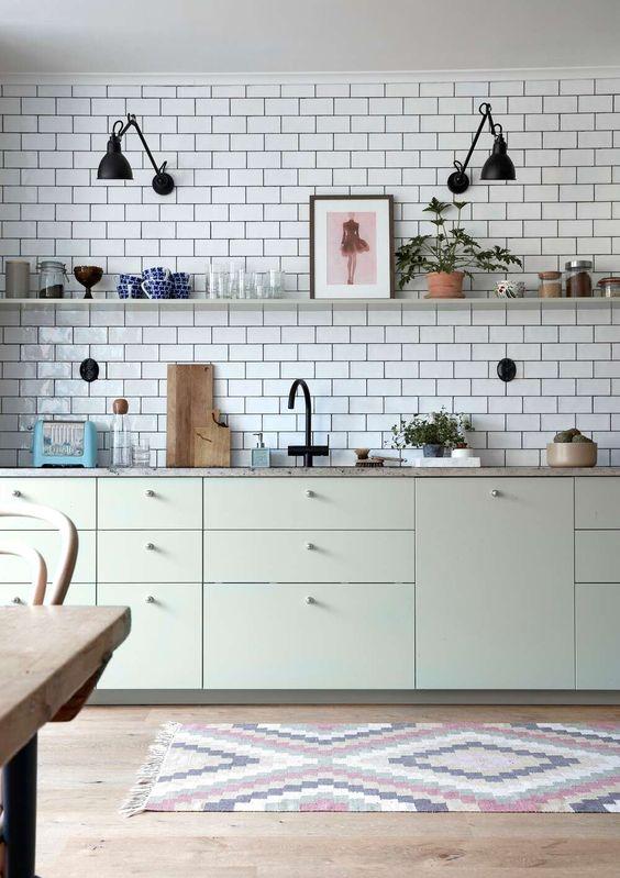 Открытые полки и фартук до потолка на белой скандинавской кухне