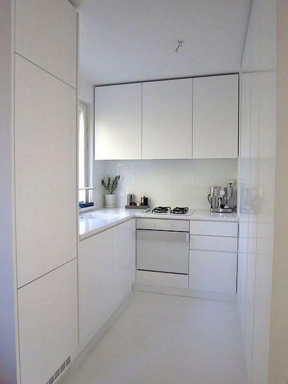 Угловая белая кухня в стиле минимализм с мойкой у окна