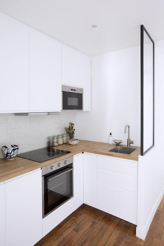 Белая угловая кухня до потолка