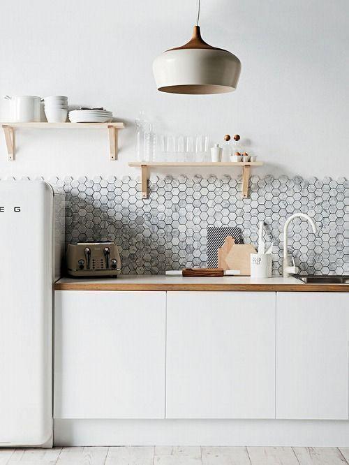Серая плитка-мозаика на фартуке скандинавской кухни