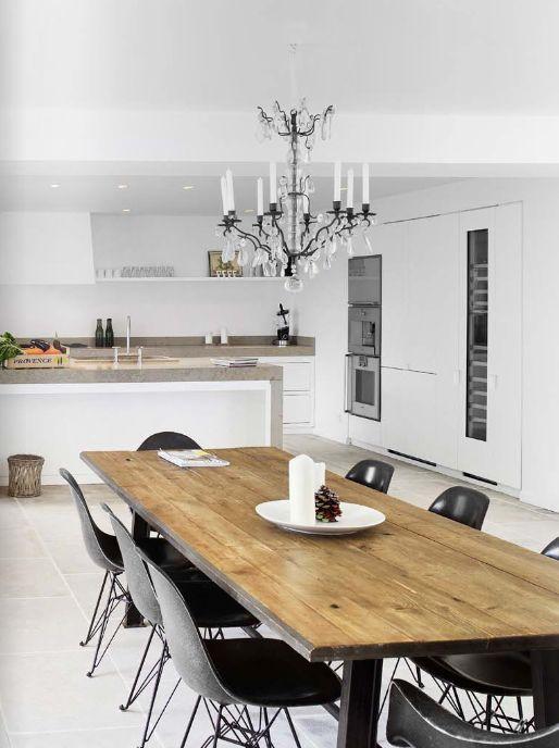 Обеденный стол из досок в кухне-столовой