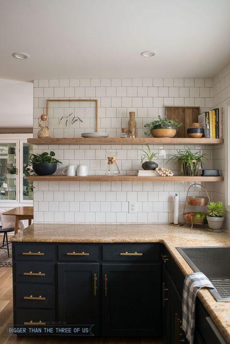Светло0коричневая столешница на темно-серой кухне