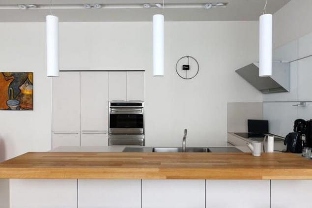 белая кухня с деревянной столешницей в стиле минимализм