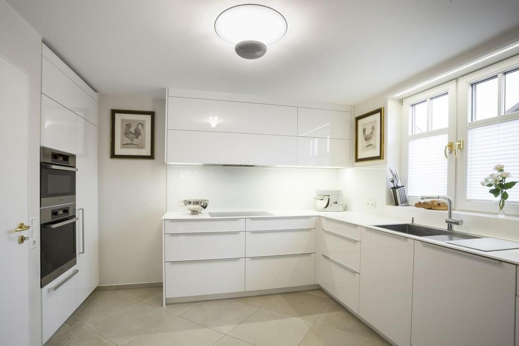 белая кухня в стиле минимализм в доме