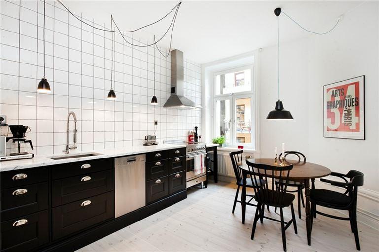 Свелый деревянный пол в интерьере скандинавской кухни