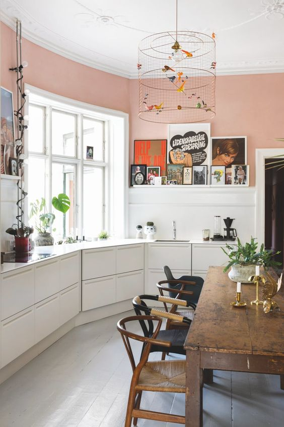 Разномастные стулья и аутентичный деревянный стол в интерьере