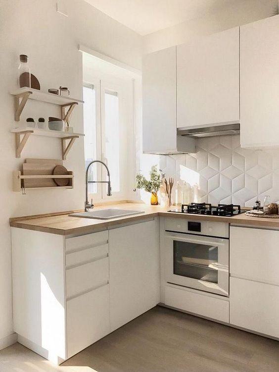 Угловая белая кухня с мойкой под окном