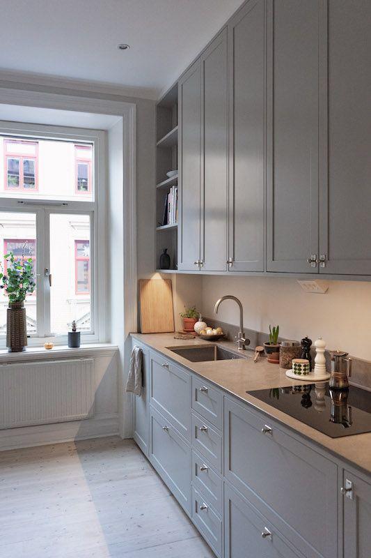 Окно без штор на нордической кухне