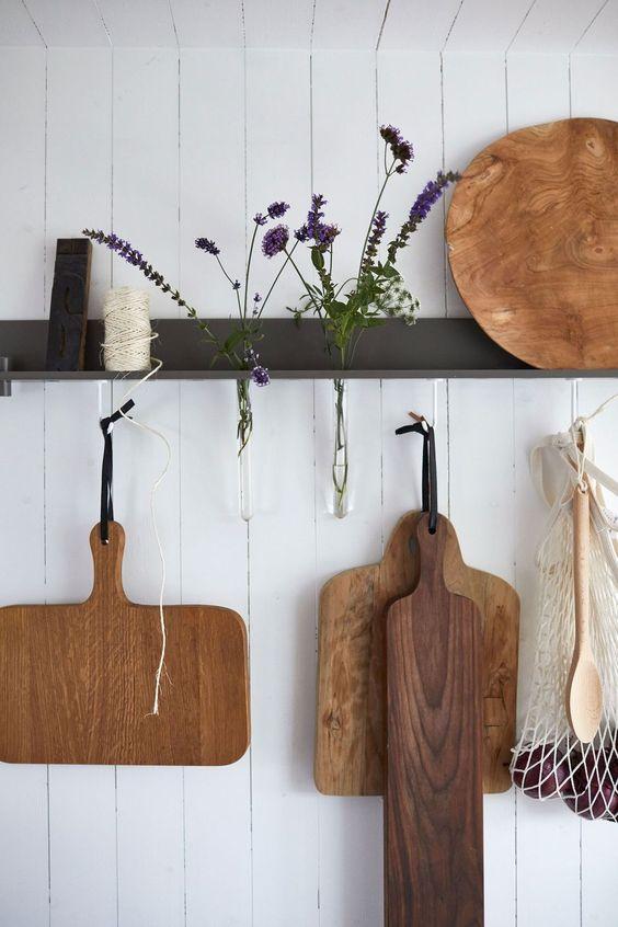Деревянная посуда и сухие цветы