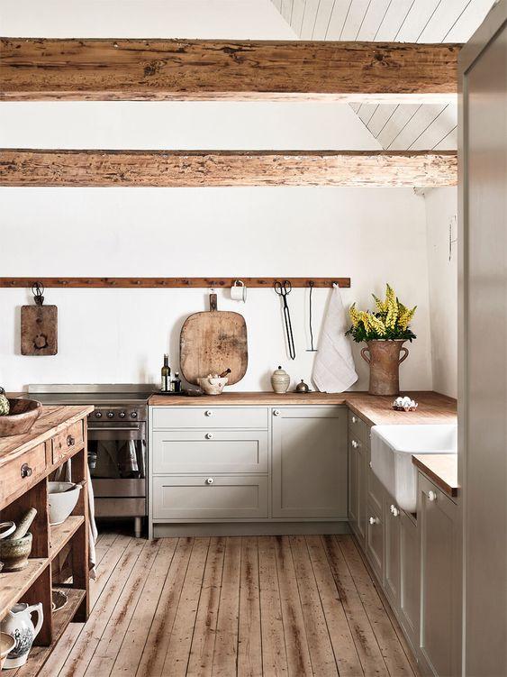 Потолочные балки, деревянный пол и стол ручной работы