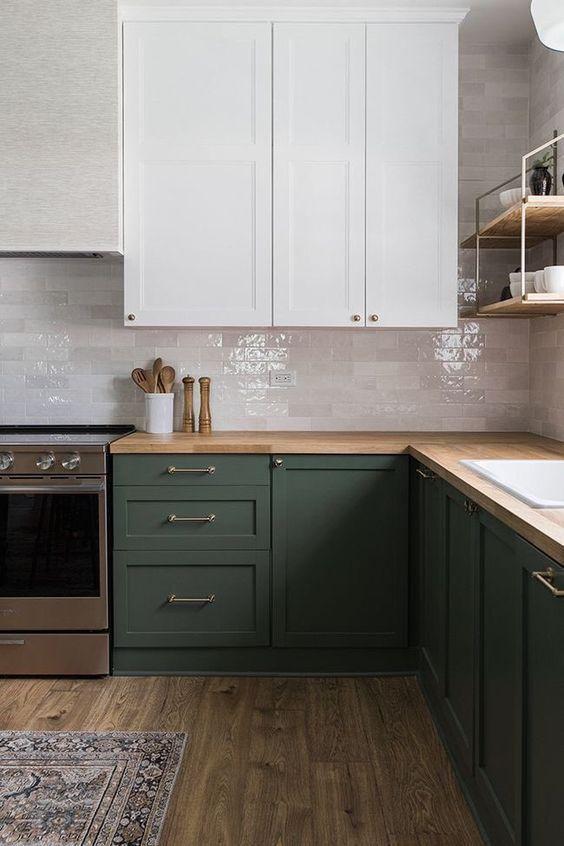 Бело-зеленая кухня с деревянной столешницей