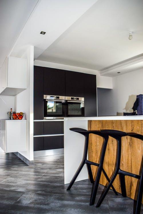 Черная кухня-гостиная с барной стойкой