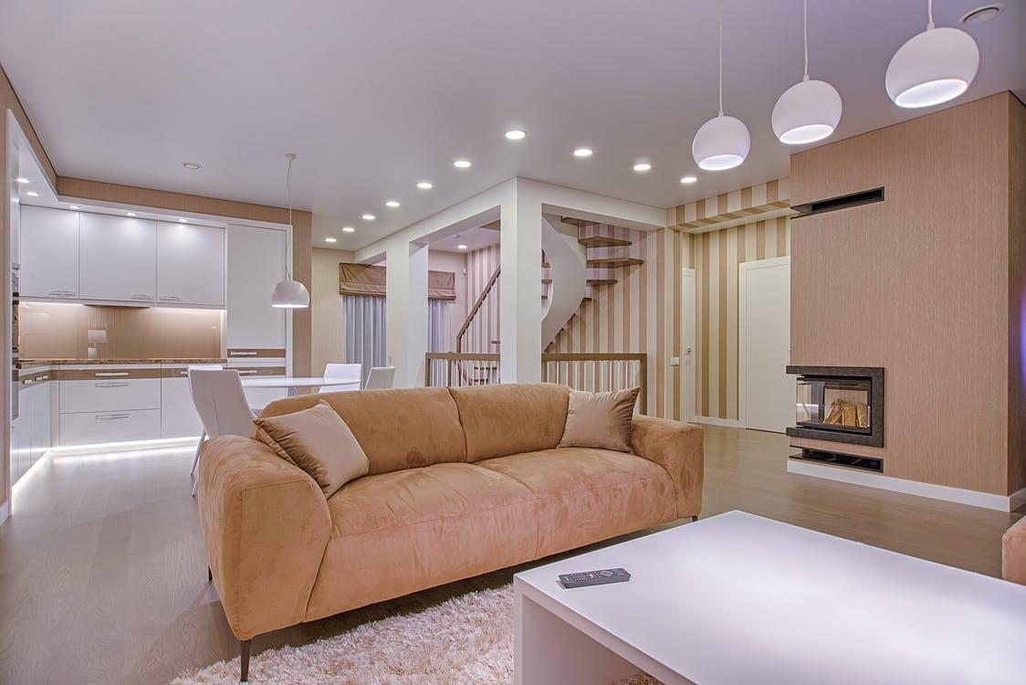 Белая кухня-гостиная с диваном