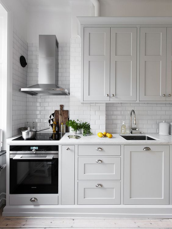 Маленькая белая кухня в скандинавском стиле