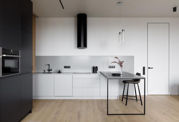 минималистичный интерьер с приставным столом