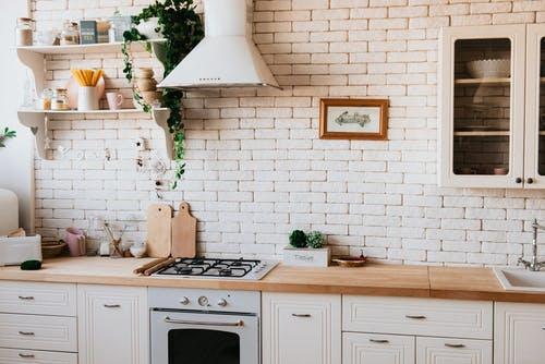 окрашенная кирпичная стена на кухне без верхних шкафов