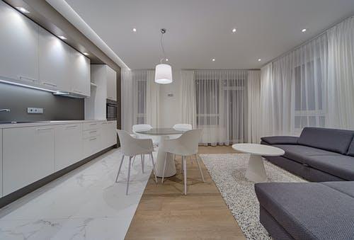 Комбинированный пол: плитка на кухне и ламинат в зоне отдыха