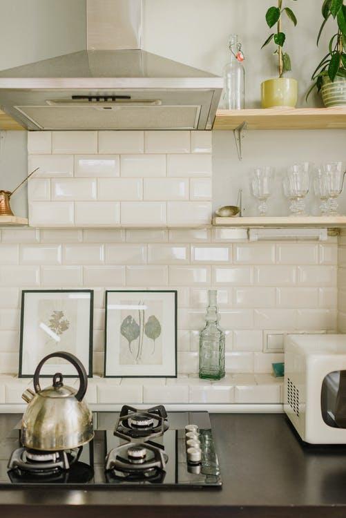 Белый кабанчиик на фартуке и белые окрашенные стены