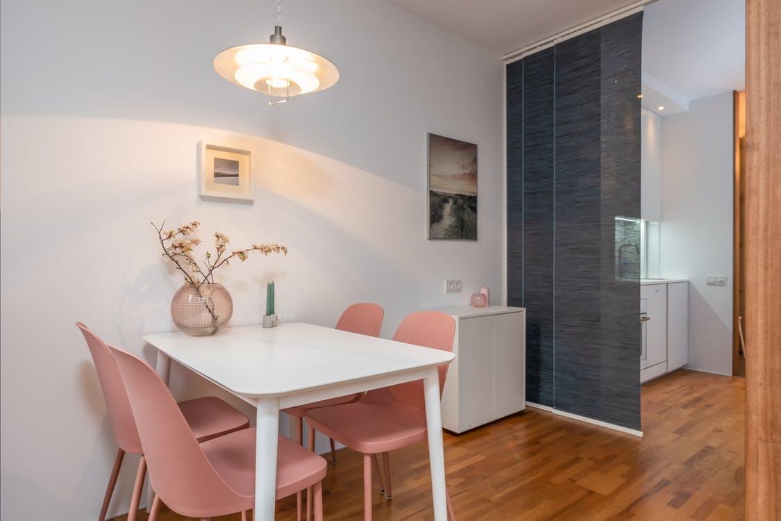Розовые стулья в скандинавском стиле